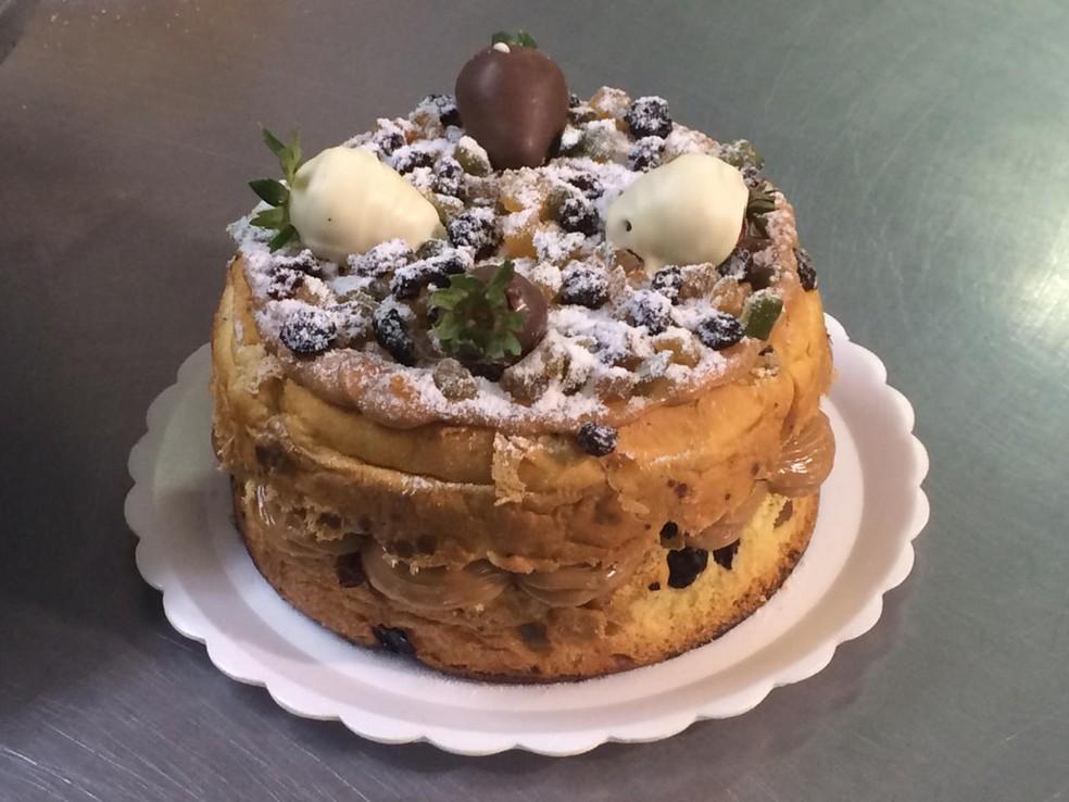 Torta de panetone recheada encanta clientes de confeitaria em Duque de Caxias, no RJ.  — Foto: Daiene Santos/G1