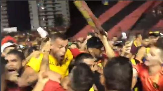 """Artilheiro da Série B, Guilherme se diz surpreso com """"arrastão"""" da torcida do Sport no campo; veja vídeo"""