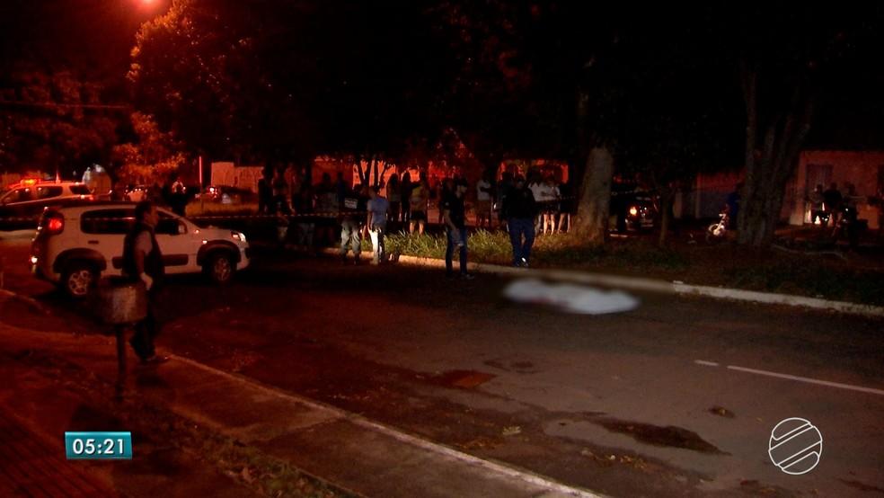 Vítima morreu no meio da avenida, em Campo Grande (Foto: Reprodução/TV Morena)