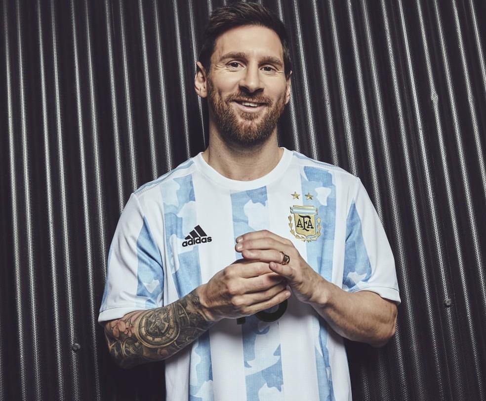 Messi posa com a nova camisa da Argentina para 2021 — Foto: Divulgação/Adidas
