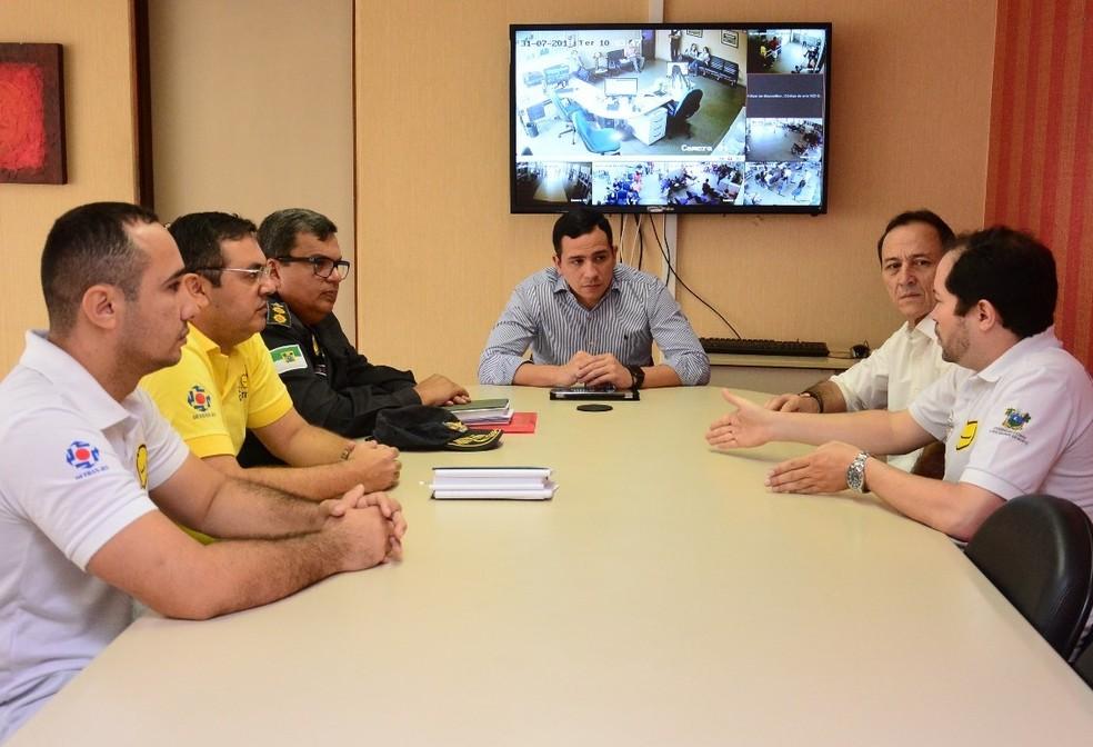 Tenente-coronel Flávio (com a farda da PM) com equipe do Detran quando assumiu a Lei Seca, nesta terça (31) (Foto: Divulgação/Detran-RN)