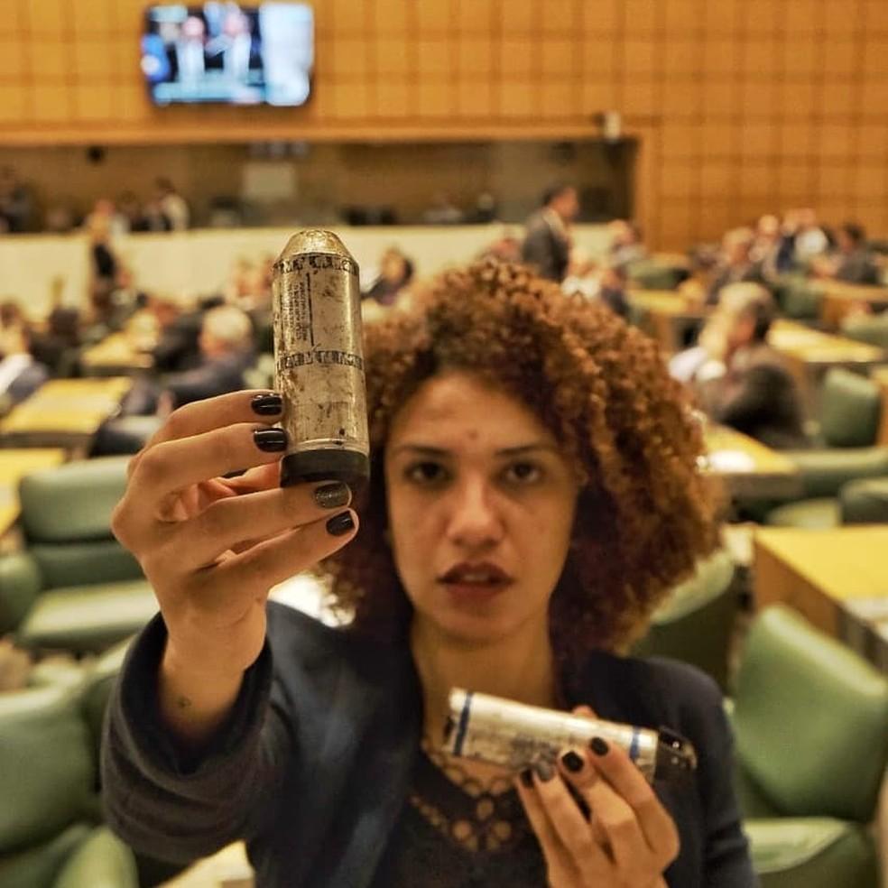 Co-deputada Monica Seixas mostrando cartuchos de bombas que teriam sido utilizadas pela PM — Foto: Reprodução/Twitter