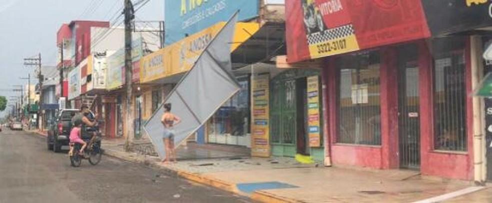 Fachada de comércio desabou após fortes chuvas em Vilhena, RO — Foto: Reprodução/Redes Sociais