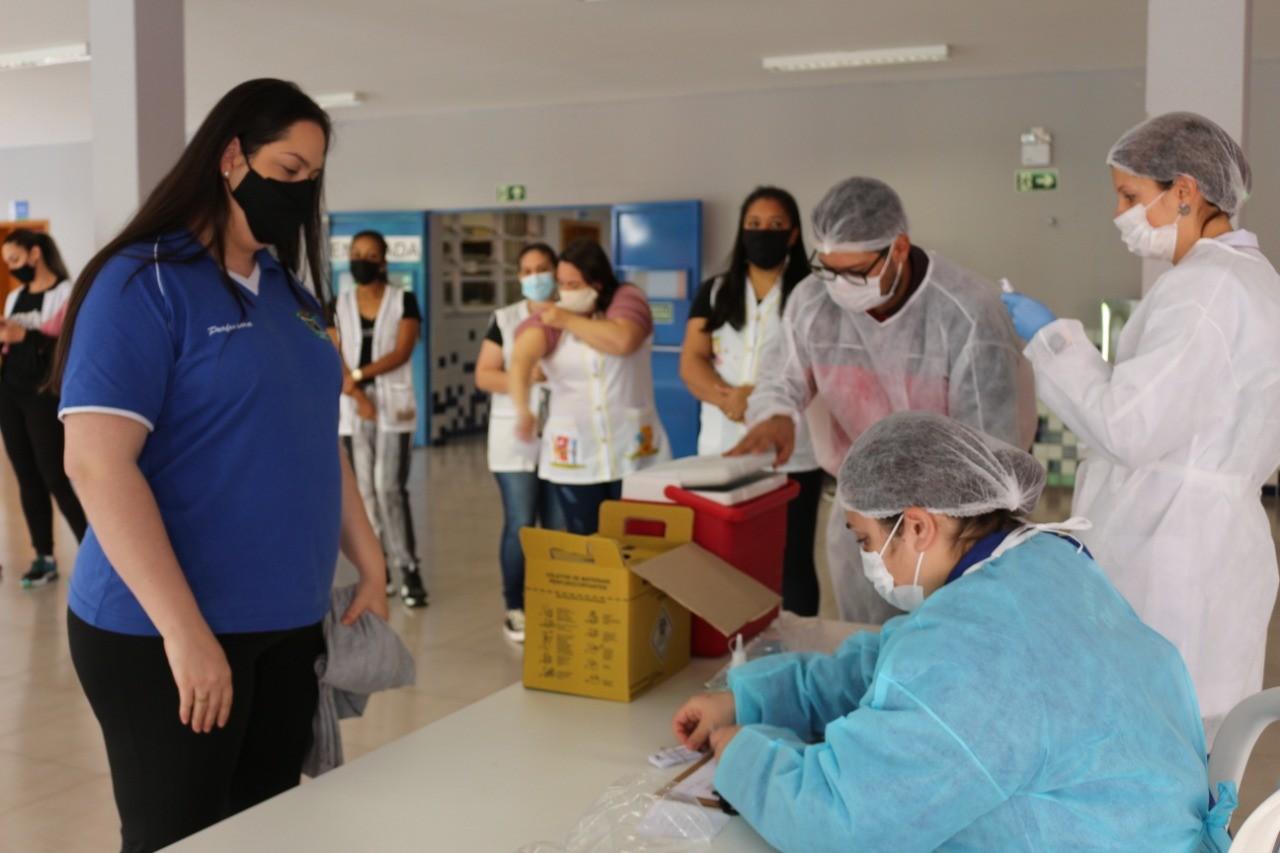 Covid: Cascavel começa aplicar segunda dose da vacina em profissionais da educação