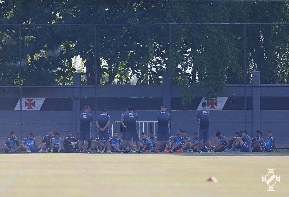 Marcelo Cabo conversa com jogadores do Vasco — Foto: Rafael Ribeiro/Vasco