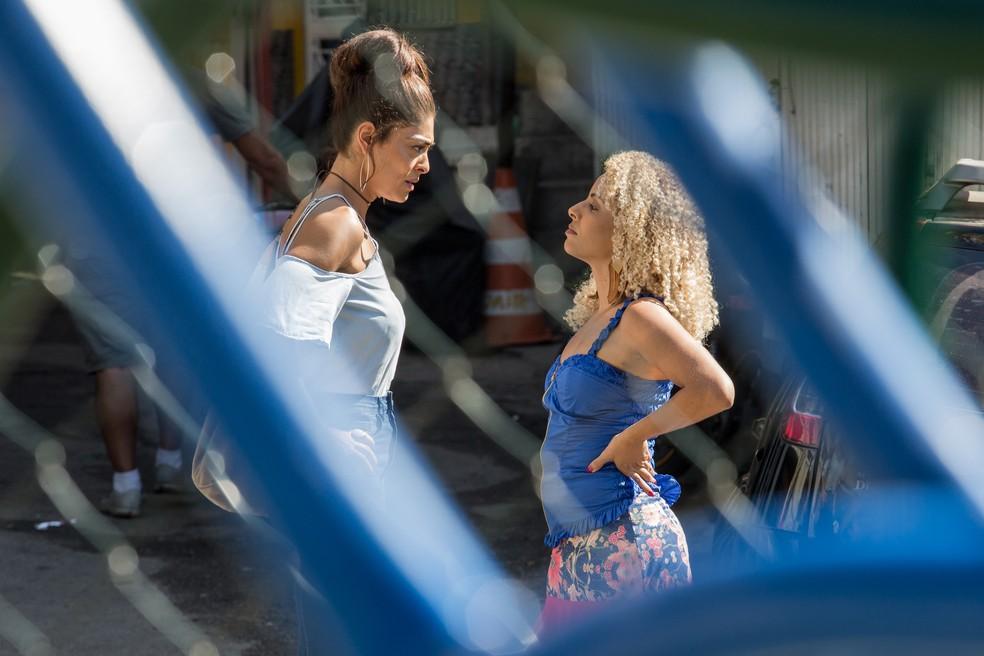 Bibi (Juliana Paes) diz que quer falar com o chefe do morro e uma mulher se compromete a levá-la até o traficante — Foto: Fábio Rocha/Gshow