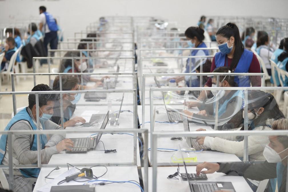 Votos das eleições presidenciais no Equador são digitalizados em Quito, em foto de 8 de fevereiro — Foto: Rodrigo Buendía/AFP