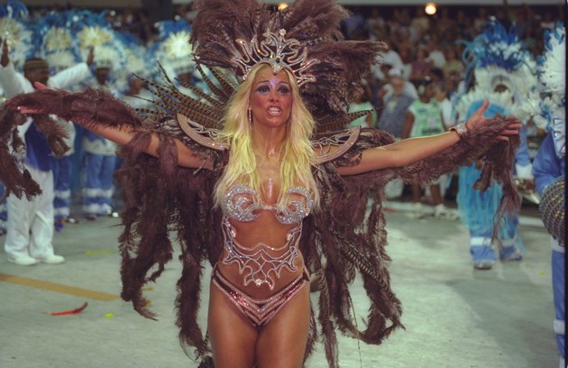 Danielle Winits desfilou para a Vila Isabel (2000) (Foto: Arquivo O Globo)