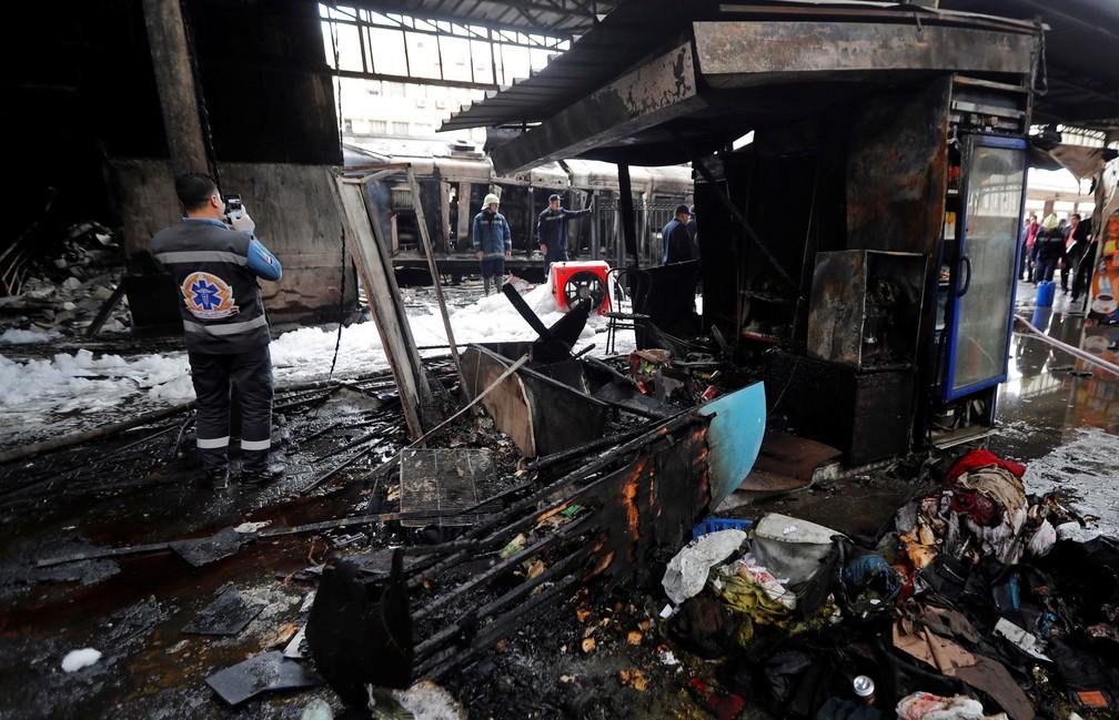 Batida de um trem na principal estação de trem no Cairo, no Egito, provocou uma explosão seguida de incêndio nesta quarta-feira (27) — Foto:  Amr Abdallah Dalsh/ Reuters