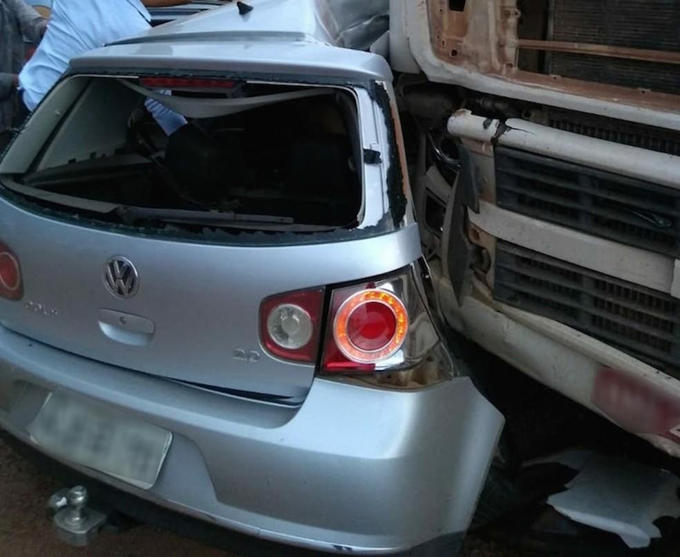 Lateral do Golf bateu na frente do caminhão e três jovens morreram na BR-163 â?? Foto: Divulgação