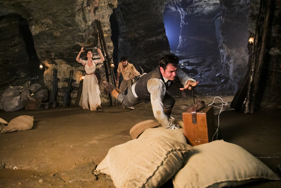 O momento exato em que Darcy cai sobre o detonador de dinamite! (Foto: João Miguel Júnior/TV Globo)