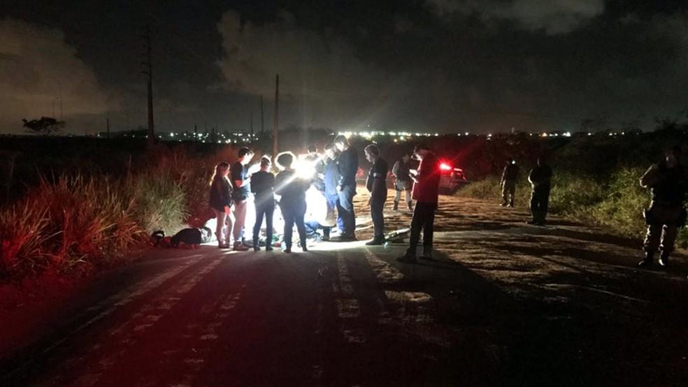 Policial militar reformado não resistiu aos ferimentos e morreu na estrada, em Santa Rita (Foto: Walter Paparazzo/G1)