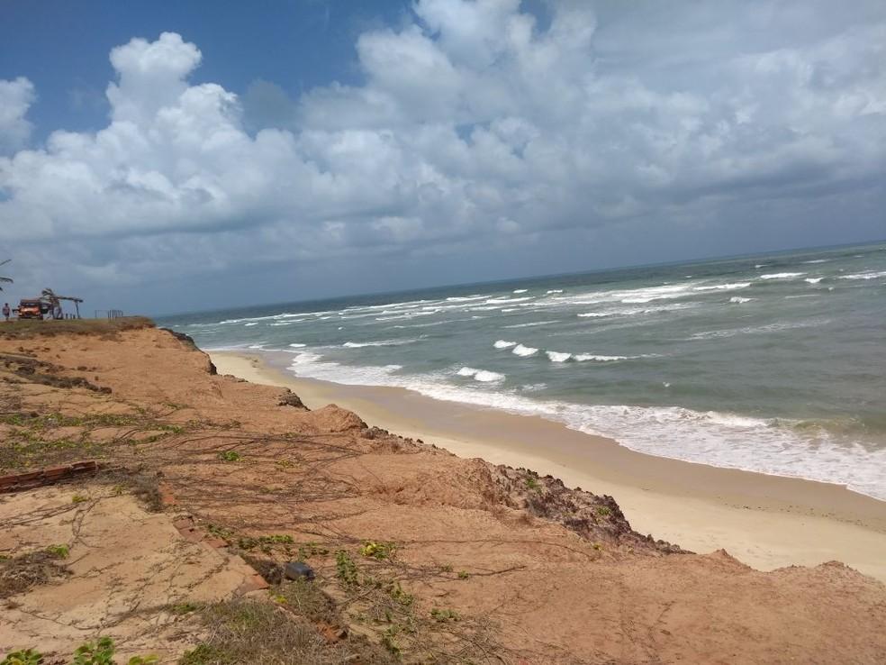 Falésia na praia de Sibaúma, no litoral Sul do RN (Foto: Lucas Cortez )