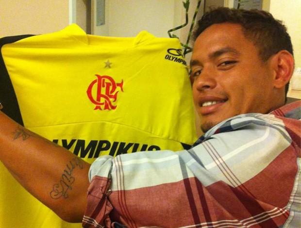 Carlos Eduardo faz exames e exibe camisa com o símbolo do Flamengo