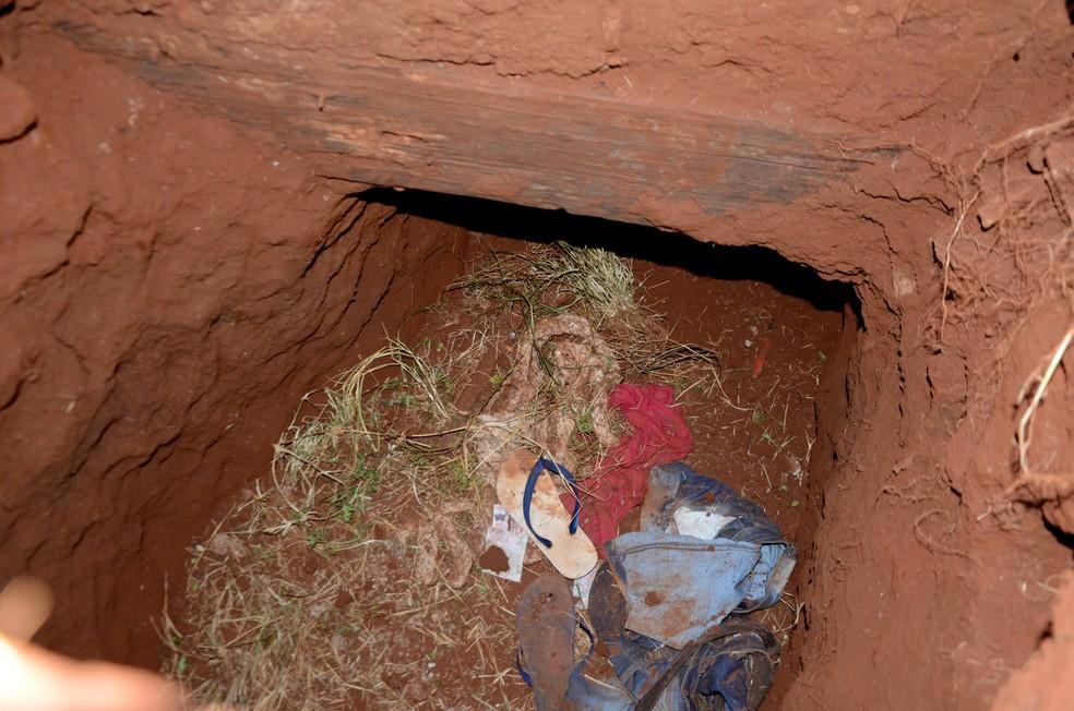 Roupas são vistas na entrada de um túnel na prisão de Pedro Juan Caballero, no Paraguai, por onde dezenas de presos fugiram na manhã deste domingo (19) — Foto: Marciano Candia/AP