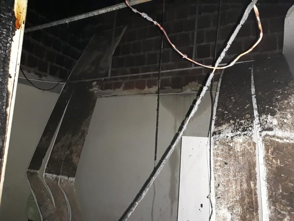 Forro de casa cedeu após incêndio en residência em São José da Laje, Alagoas  — Foto: Ascom/Corpo de Bombeiros