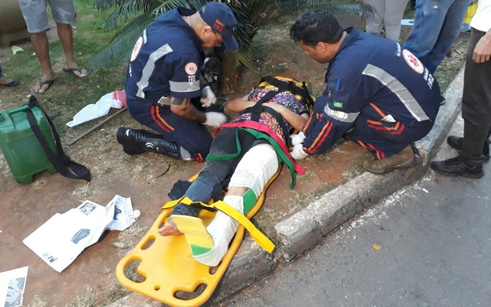 Manifestante ferida durante protesto foi socorrida e levada a hospital (Foto: Paula Resende/G1)