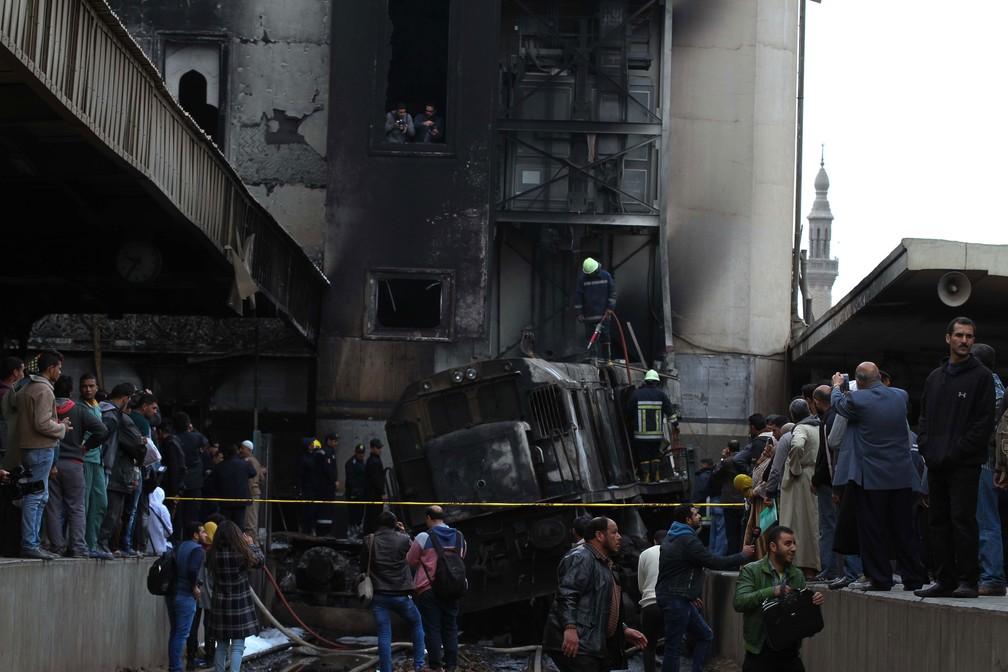 Acidente de trem na principal estação ferroviária Ramses no Cairo, no Egito, deixou mortos e feridos nesta quarta-feira (27)  — Foto: Hussein Talal / AFP