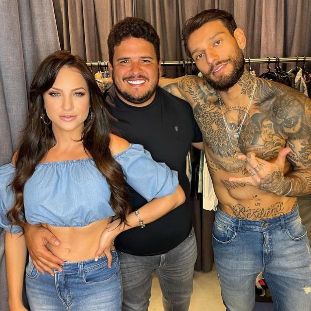 Gabi Martins, o empresário Raphael Eduardo e Lucas Lucco em bastidores de ensaio (Foto: Danilo Borges)