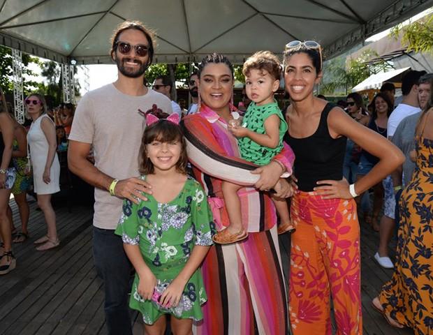 Preta Gil, Bela Gil e João Paulo Demasi com os filhos Flor e Nino (Foto: Felipe Panfili/Divulgação)