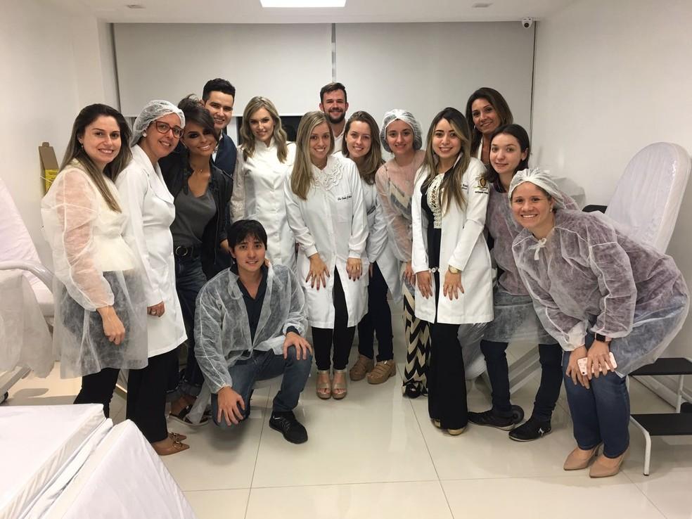 Equipe da clínica de dermatologia de Paula Dellaqua Ferreira e Leonardo Ferreira (Foto: Divulgação )