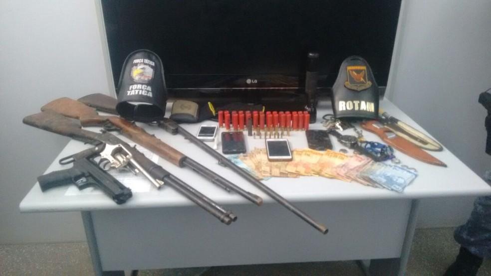 PM apreendeu um revólver e duas espingardas, além de uma quantia em dinheiro (Foto: Leandro Trindade/TV Centro América)