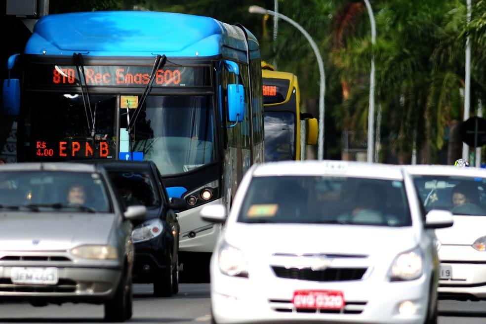 Carros e ônibus circulam pela área central de Brasília (Foto: Pedro Ventura/Agência Brasília)