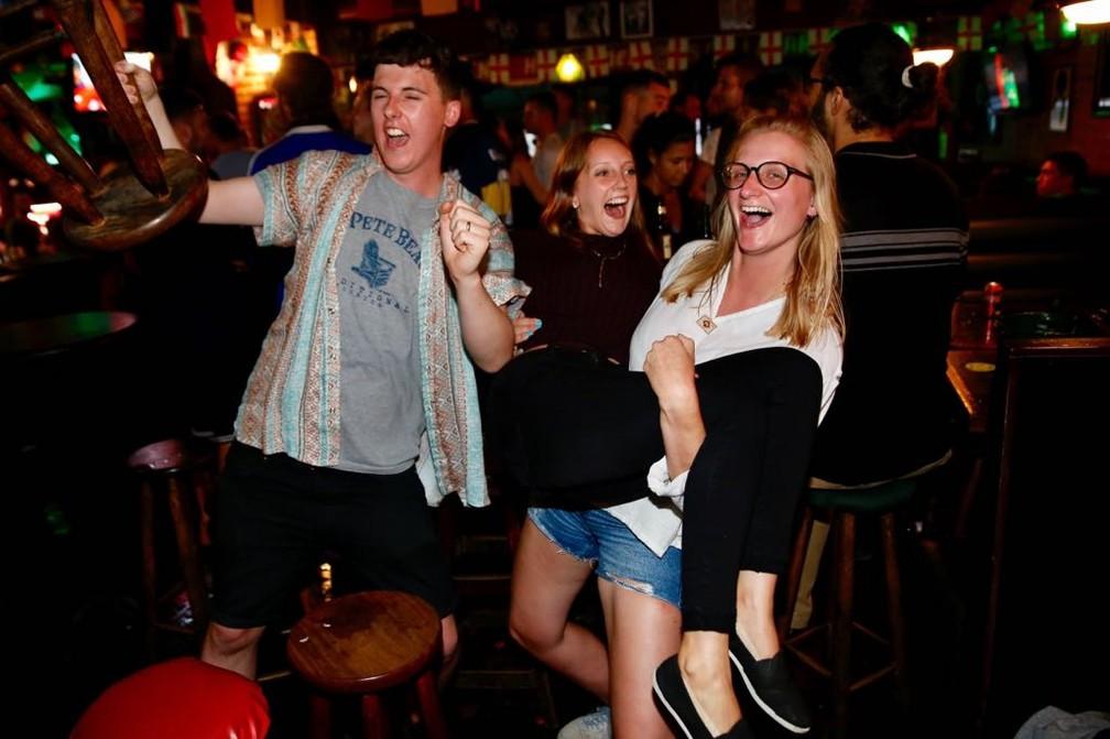 Ingleses comemoram vitória sobre a Tunísia em bar da Zona Sul do Rio (Foto: Marcos Serra Lima/G1)