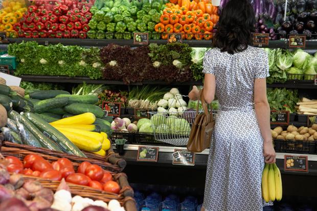 No mercado, não caia na cilada dos vinhos, chocolates, fondues: fique nos alimentos saudáveis e você verá o resultado no verão (Foto: Think Stock)