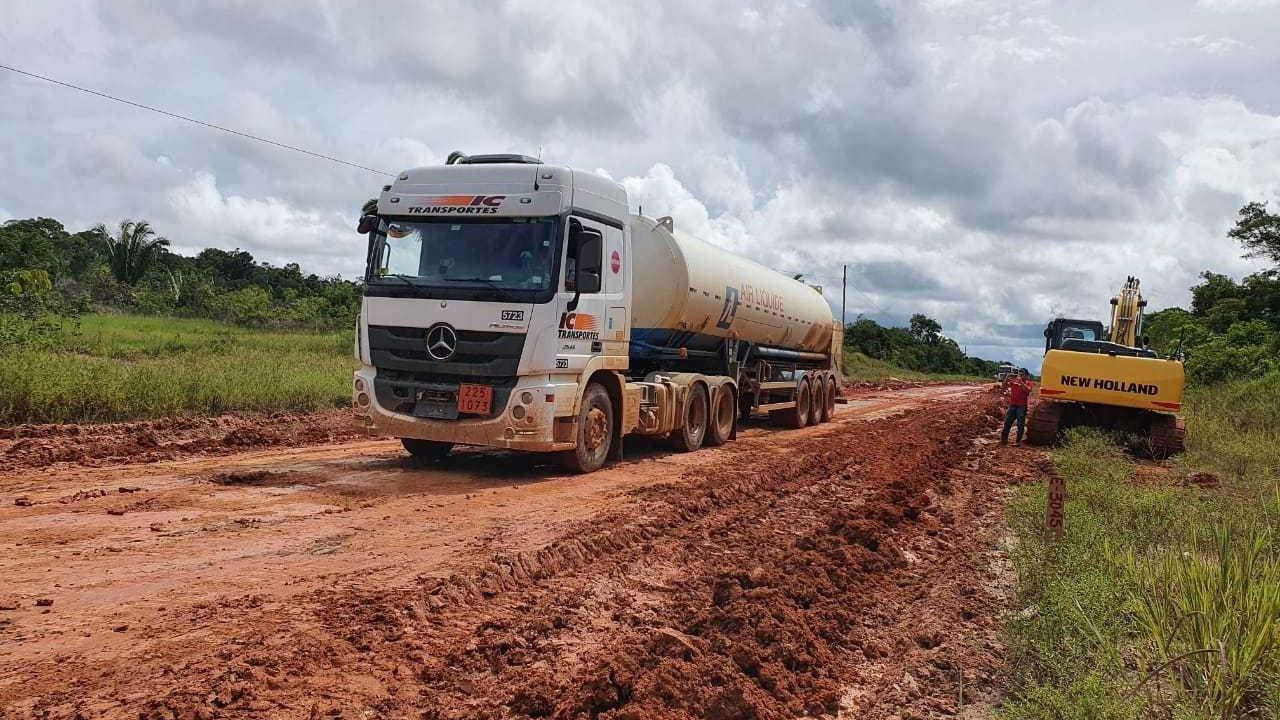 Caminhão que transporte oxigênio de Porto Velho para Manaus passa pela BR-319