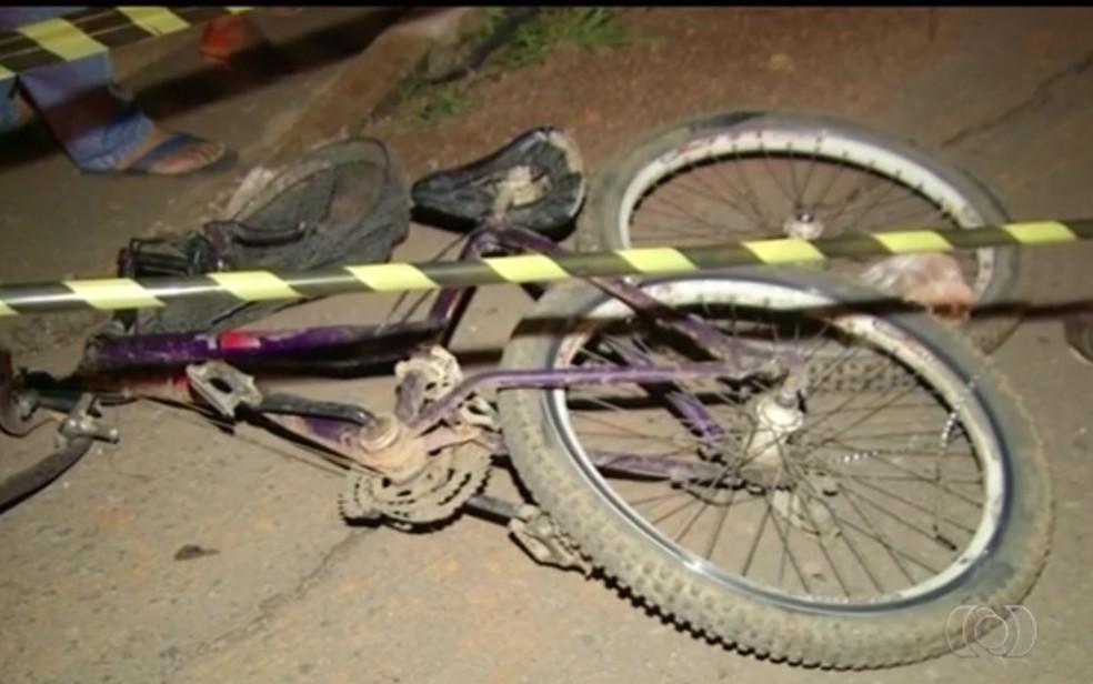 Ciclista foi atropelado na BR-040 em Luziânia (Foto: TV Anhanguera/Reprodução)