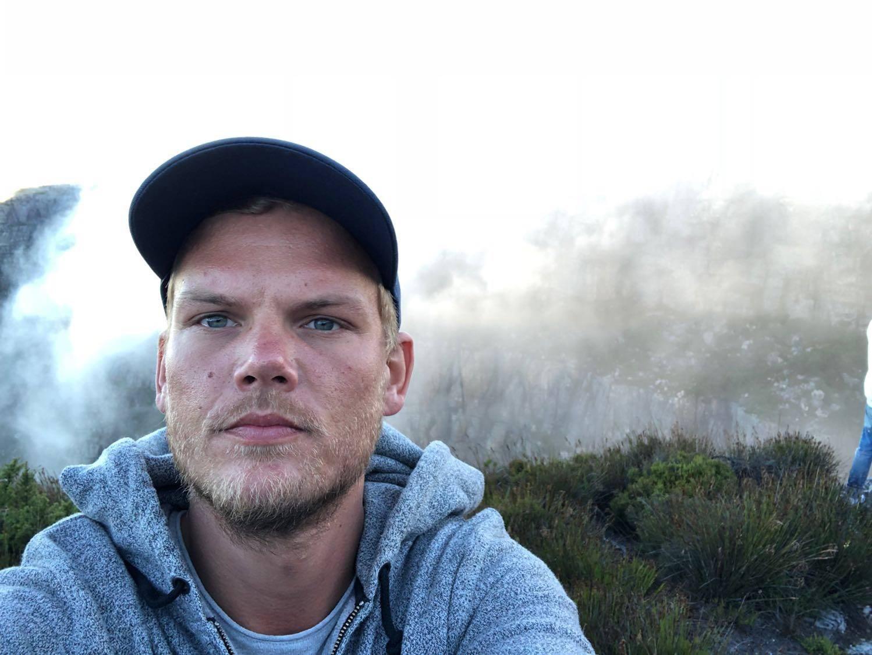 O 'SOS' de Avicii: DJ morto em 2018 tem música lançada com letra sobre depressão e insônia