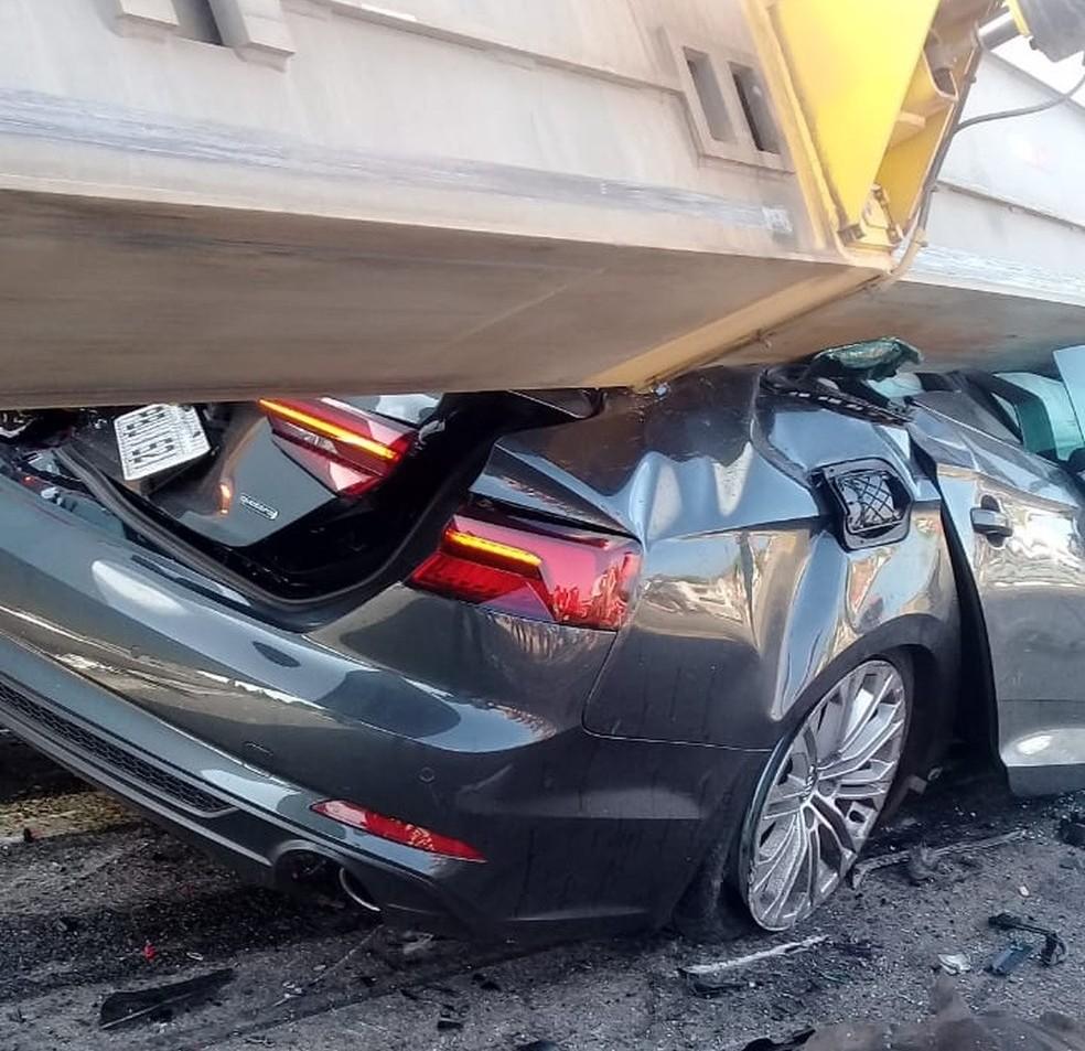 Pá eólica que estava sendo transportada por uma carreta esmagou um carro de passeio em um acidente na BR-020, município de Tauá, no interior do Ceará. — Foto: Arquivo pessoal