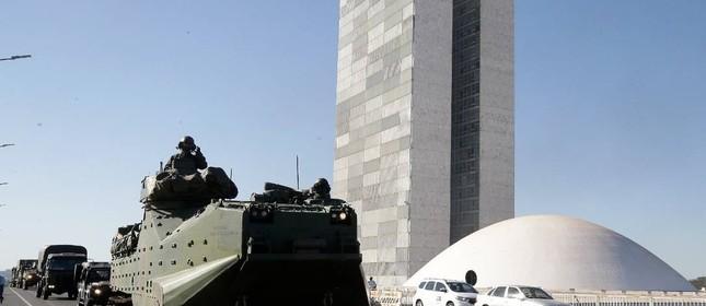 Tanques na frente do Palácio do Planalto