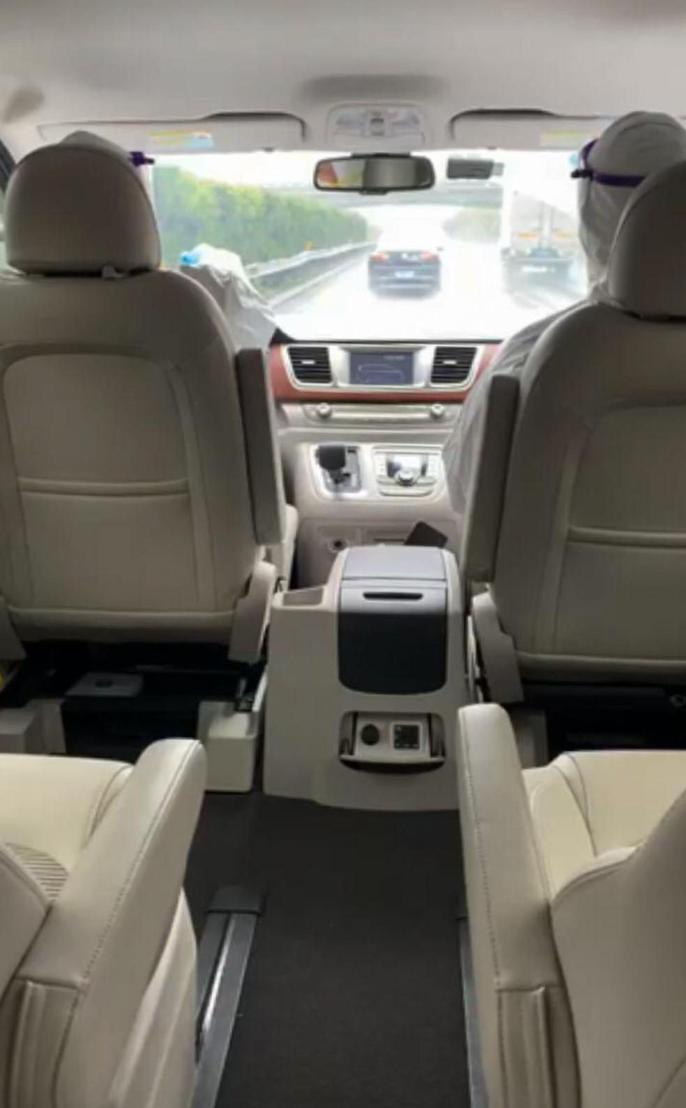 Carro em que Camila Martins foi transportada para a base do Governo, na China — Foto: Arquivo Pessoal