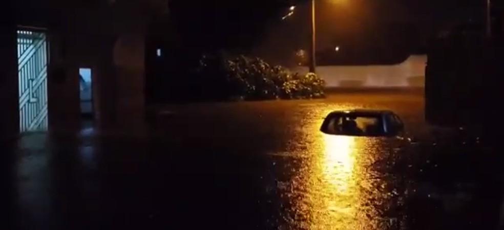 Carro submerso no Bairro Altaneira em Crateús. Choveu 141 milímetros na cidade. — Foto: Reprodução/TV Verdes Mares