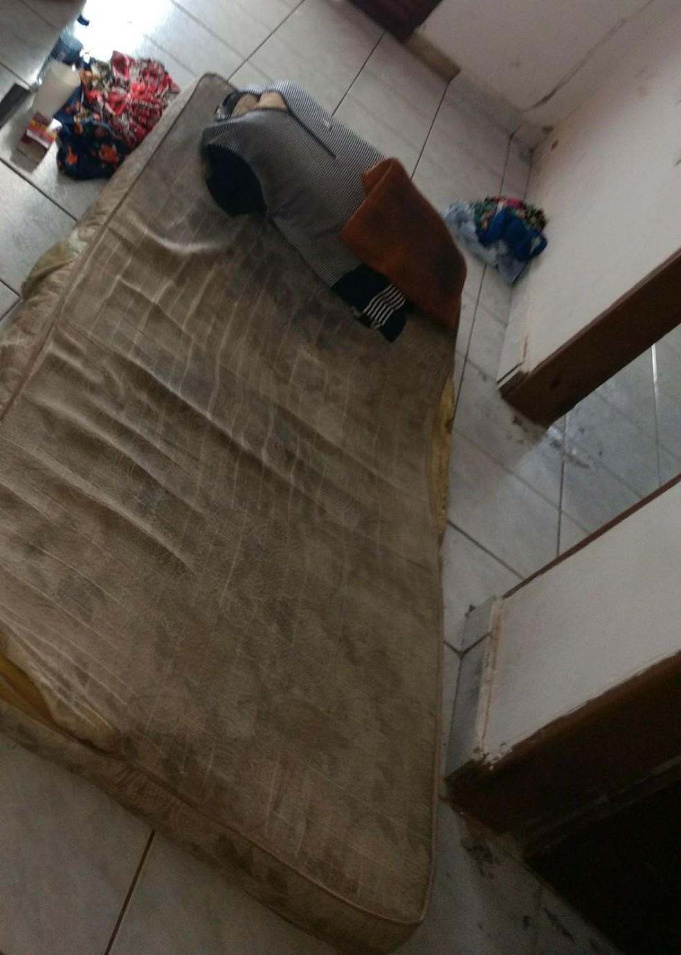 Colchão em que a idosa dormia estava com um 'odor muito forte de urina', diz delegada (Foto: Delegada Rosane Gomes/DEAI)