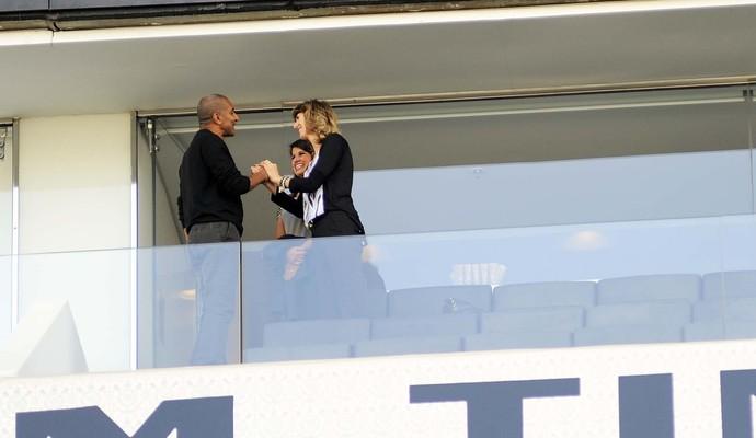 Dona Rose, esposa de Tite, dá as boas-vindas a Cristóvão Borges (Foto: Marcos Ribolli)