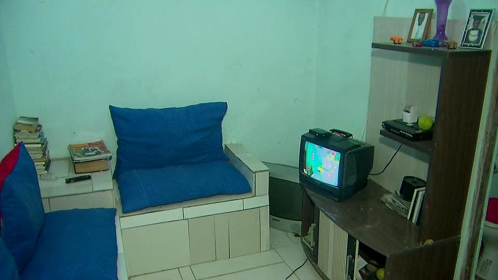 Ex-morador de rua e catador de recicláveis constrói casa de alvenaria e mobília com móveis achados no lixo, em comunidade na Zona Sul do Recife (Foto: Reprodução/TV Globo)