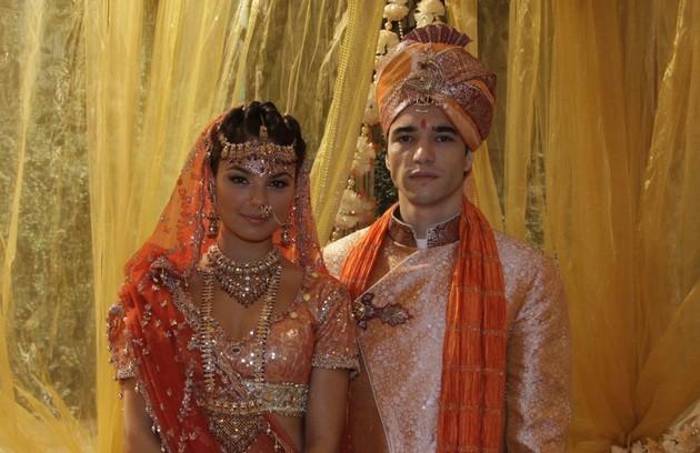 """Camila (Isis Valverde) foi a """"Firanghi estrangeira"""" que roubou o coração de Ravi (Caio Blat). Ela mudou de país e acabou se casando (Foto: TV Globo)"""