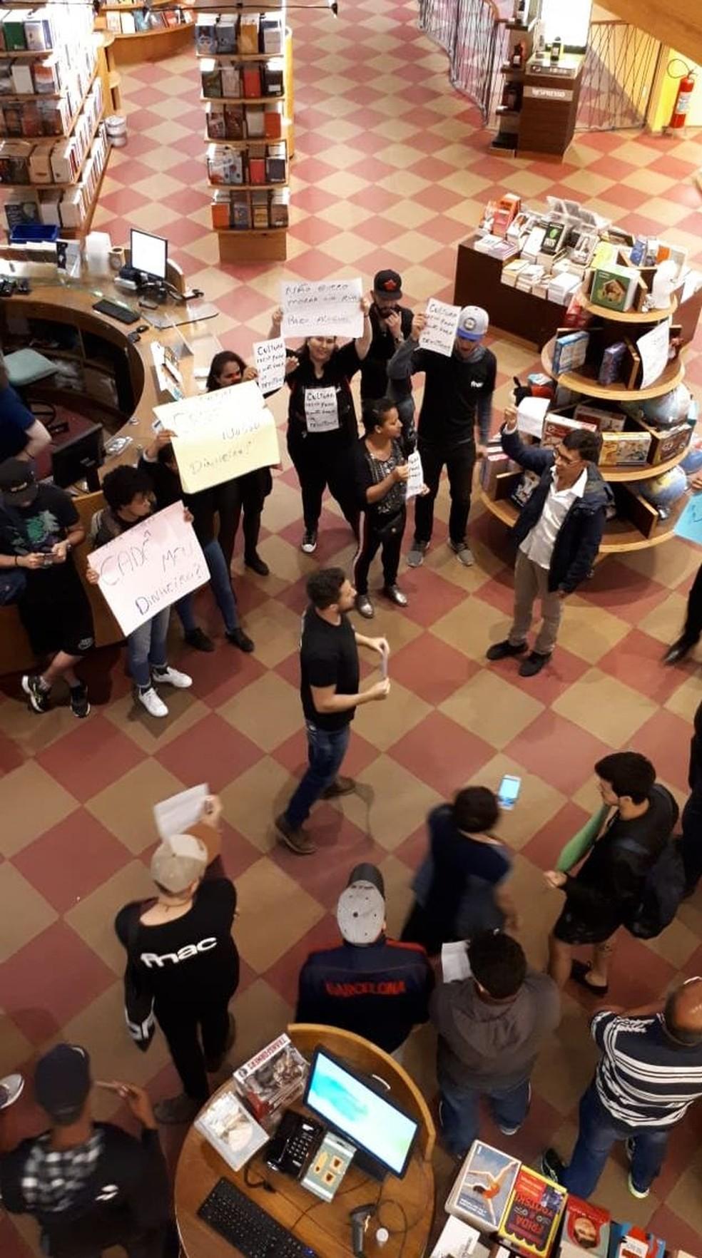 Protesto reuniu demitidos das unidades da Fnac na Livraria Cultura, em SP — Foto: Divulgação