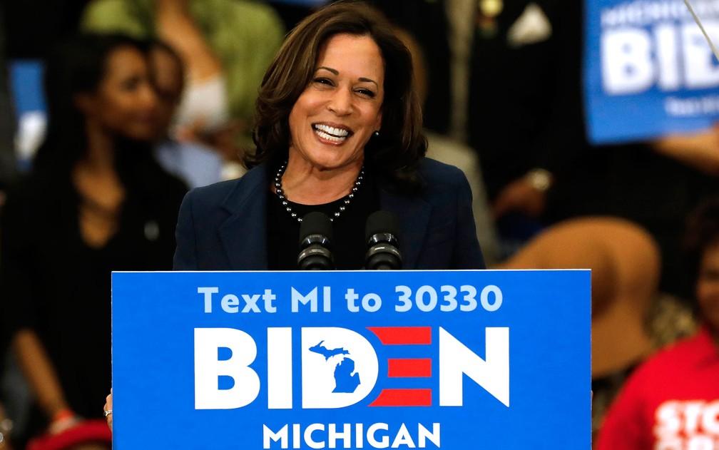 A senadora Kamala Harris declara seu apoio ao pré-candidato democrata Joe Biden, durante comócio em Detroit, Michigan, em 9 de março — Foto: Jeff Kowalsky/AFP