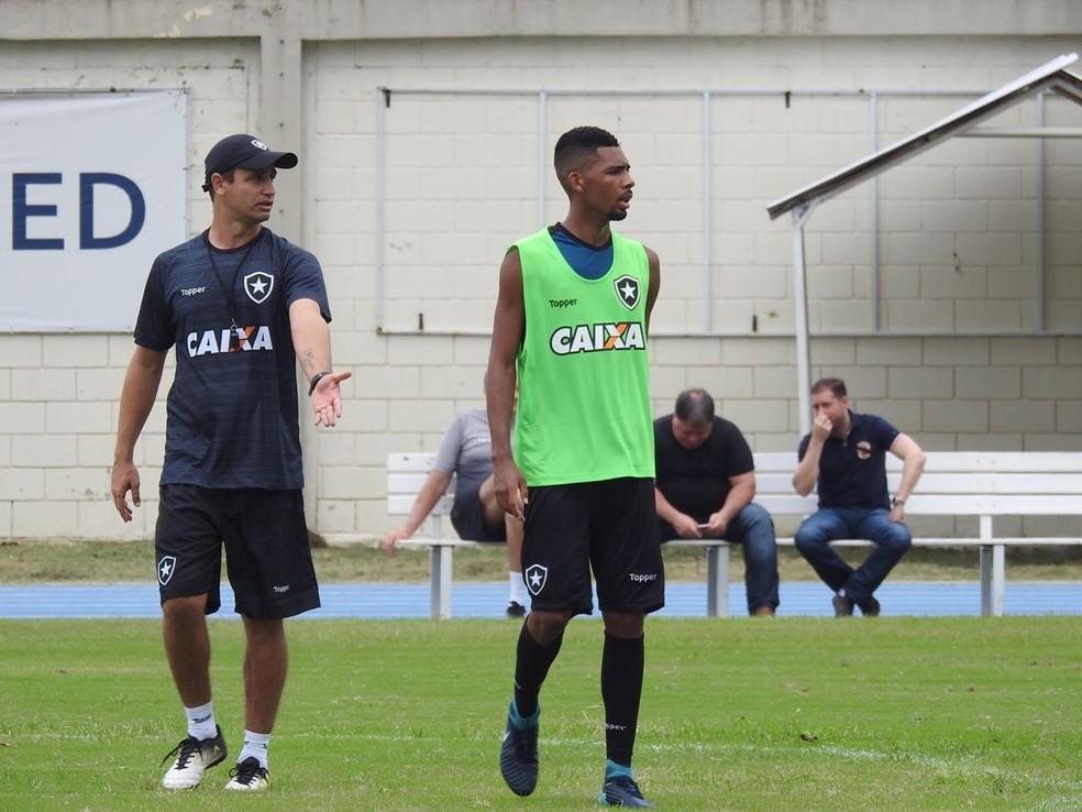 Felipe Conceição orienta time próximo a Matheus Fernandes (Foto: Fred Gomes/GloboEsporte.com)