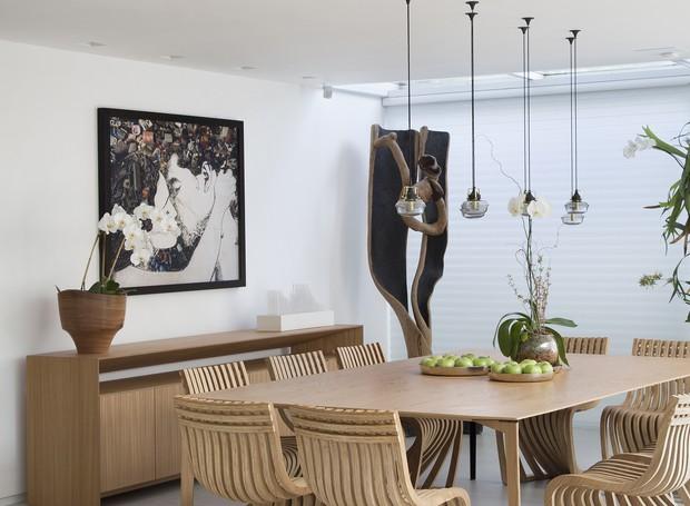 A tela de Vik Muniz ocupa a parede principal da sala de jantar, e divide as atenções com a coleção de Pantosh, criação do estúdio carioca Lattoog (Foto: Denilson Machado/MCA Estúdio/Divulgação)