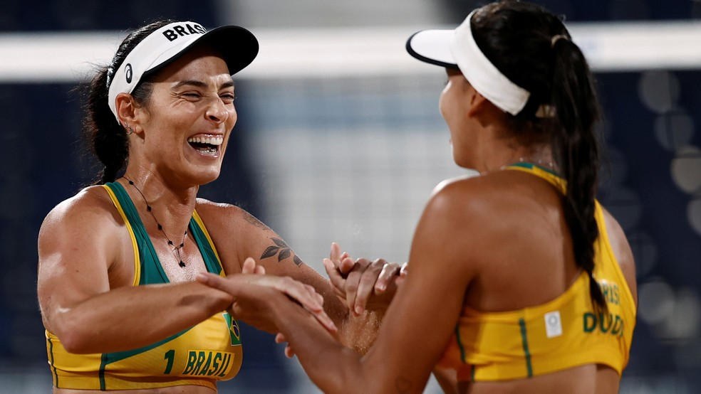 Ágatha e Duda comemoram ponto no jogo contra Bansley e Wilkerson — Foto: Reuters