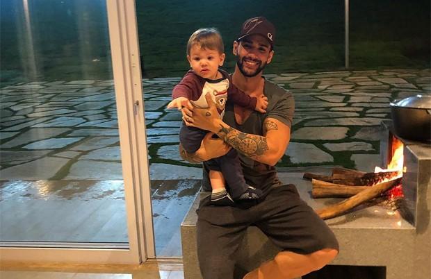 Gusttavo Lima e o filho mais velho, Gabriel (Foto: Reprodução / Instagram)