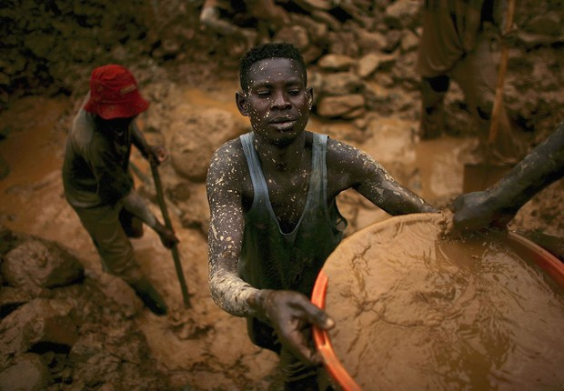 MONGBWALU, CONGO - MARCH 28:  Men sift through buckets of dirt while looking for gold at an abandoned industrial mine March 28, 2006 in Mongbwalu, Congo. Thousands of Congolese scrape together meagre livings from mining. Gold and other mineral deposits, w (Foto: Getty Images)