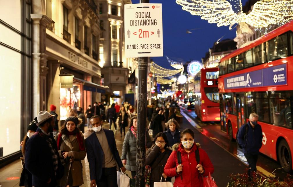 Pessoas caminham pela Regent Street, rua da região central de Londres, em 14 de dezembro de 2020 — Foto: Henry Nicholls/Reuters