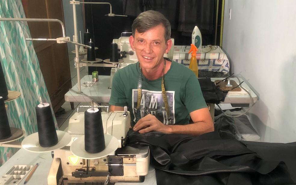 O alfaiate Adalto Domingues da Silva, 48 anos, que costurou novas túnicas para a Procissão do Fogaréu, na cidade de Goiás — Foto: Paula Resende/G1