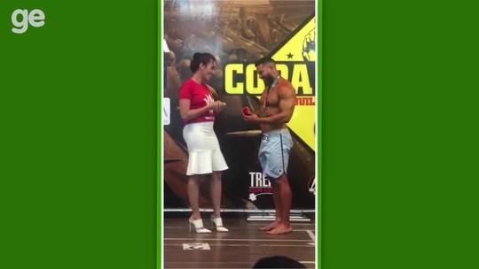 Atleta pede namorada em casamento durante competição de fisiculturismo em Santarém, no PA